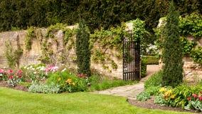 Flowerbed da porta de jardim Fotografia de Stock Royalty Free
