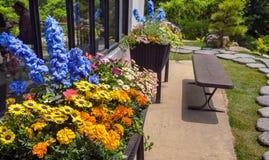 Flowerbeds приближают к зданию стоковое фото rf