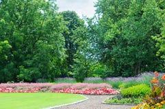 flowerbeds no parque imagem de stock
