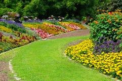 flowerbeds no parque fotos de stock