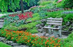 Flowerbeds, plantas decorativas em um parque Fotos de Stock Royalty Free