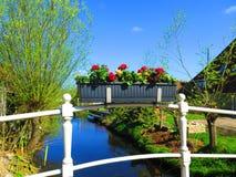 Flowerbox на перилах моста канала Стоковая Фотография RF