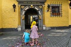 Flowerchilds - dispersione dei fiori dai bambini alle nozze fotografia stock libera da diritti