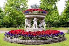 Flowerpot που υποστηρίζεται από τα φτερωτά λιοντάρια πετρών στο πάρκο αντιβασιλέων Στοκ φωτογραφία με δικαίωμα ελεύθερης χρήσης