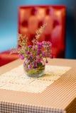 Flowerpot στον υπαίθριο επιτραπέζιο καφέ Στοκ εικόνα με δικαίωμα ελεύθερης χρήσης