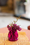 Flowerpot στον υπαίθριο επιτραπέζιο καφέ Στοκ φωτογραφία με δικαίωμα ελεύθερης χρήσης