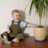 flowerpot земли dig белокурого мальчика милый стоковое фото rf