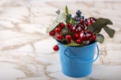 Flowerpot dekoracja z naturalną zieloną rośliną, kwiaty i sztuczne pieczarki na stole Zdjęcia Stock