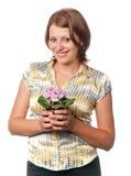 flowerpot dziewczyny uśmiechnięci fiołki Zdjęcia Royalty Free