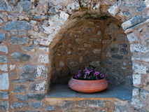 Flowerpot w stonewall niszie obraz stock