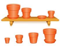 Flowerpots de jardin sur l'étagère en bois Images stock