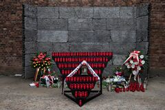 Free Flowers And Candles By The Wall Of Death, Auschwitz Stock Photo - 177849270