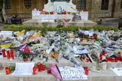 Flowers and candles for the murdered journalist Daphne Caruana G. La Valletta, Malta - 2 Novembre 2017: flowers and candles for the murdered journalist Daphne Royalty Free Stock Photos