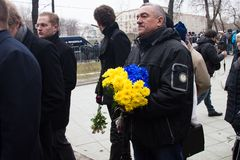 Flowers in the color of the flag of Ukraine at the unknown in the queue at the funeral of Boris Nemtsov. Moscow, Russia - March 3, 2015. Flowers in the color of stock photography