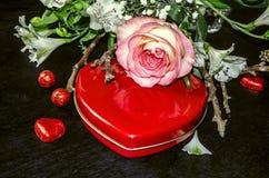 Flowerssensibled'ofde Bouquetavec le rosesur la boîte rouge avec du chocolat Photo stock