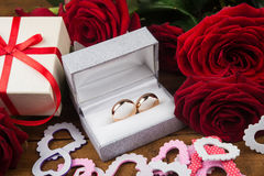 Flowers and wedding rings Royalty Free Stock Photos