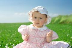 flowery κορίτσι πεδίων μωρών που κάθεται Στοκ φωτογραφίες με δικαίωμα ελεύθερης χρήσης