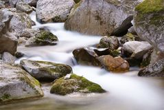 Flowing stream between the rocks Royalty Free Stock Photography