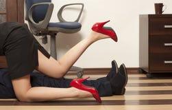 Flörta i ett kontor Royaltyfria Bilder