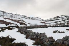Fält och berg som täckas vid insnöad vinter för de Royaltyfria Foton