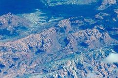 Flting au-dessus des montagnes de canyon grand en Arizona près de hampe de drapeaux Image stock