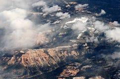 Flting au-dessus des montagnes de canyon grand en Arizona près de hampe de drapeaux Photos stock