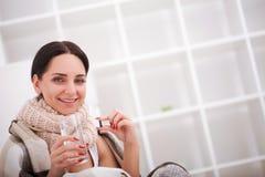 flu Giovane donna con freddo/influenza che si trova sul letto Immagini Stock Libere da Diritti