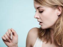 flu Ragazza malata con febbre che controlla termometro fotografie stock libere da diritti