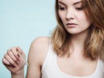flu Ragazza malata con febbre che controlla termometro immagine stock