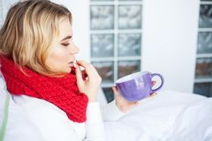 flu Sofferenza della donna dalla menzogne fredda a letto fotografia stock