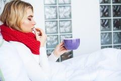 flu Sofferenza della donna dalla menzogne fredda a letto immagine stock libera da diritti