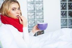 flu Sofferenza della donna dalla menzogne fredda a letto immagine stock