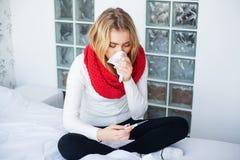 flu Sofferenza della donna dalla menzogne fredda a letto immagini stock libere da diritti