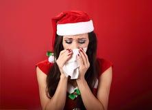 flu Tessuto malato della carta della tenuta della donna di frustrazione infelice vicino lui Immagini Stock