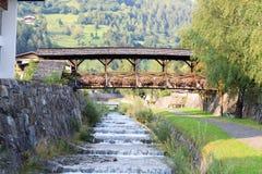 Flua Bretterwandbach com a ponte em Matrei, Áustria Imagens de Stock