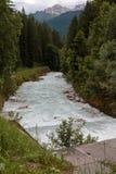 Flua com picos puros brancos da água e de montanhas no fundo Imagem de Stock Royalty Free
