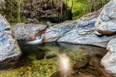 Flua entre rochas no parque nacional de Montseny, Espanha Fotografia de Stock Royalty Free