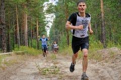 Fluage d'athlètes sous le barbelé Tyumen Russie Photos libres de droits