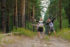 Fluage d'athlètes sous le barbelé Tyumen Russie Photographie stock libre de droits