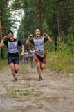 Fluage d'athlètes sous le barbelé Tyumen Russie Photographie stock