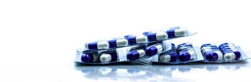 Fluconazole: Αντιμυκητιακή ιατρική Σωρός των χαπιών στα πακέτα φουσκαλών στο άσπρο υπόβαθρο όντας χέρι έννοιας έχει το πρόσφατο χ στοκ εικόνες