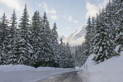 Fluela passerandeStrasse gata i vinter på Davos, Schweiz Royaltyfri Foto
