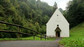 Flueli Ranft lägre kapell med duggregn och trästaket arkivbilder