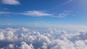 Fluffig bakgrund för blå himmel med molnet stock video