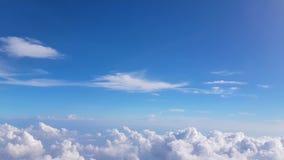 Fluffig bakgrund för blå himmel med molnet 4k lager videofilmer