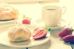 Fluffig bulle av smördeg med jordgubbefyllning och kaffe Arkivfoto