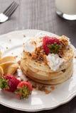 Fluffig choklad Chip Pancakes med jordgubbar Arkivbild