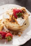 Fluffig choklad Chip Pancakes med sidan av korvar Arkivbild