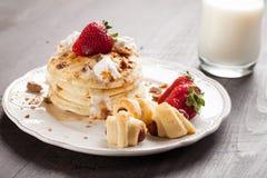 Fluffig choklad Chip Pancakes som staplas med smokies Arkivfoto
