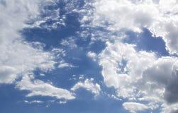 Fluffig molnig blå himmel Scape  Arkivfoton